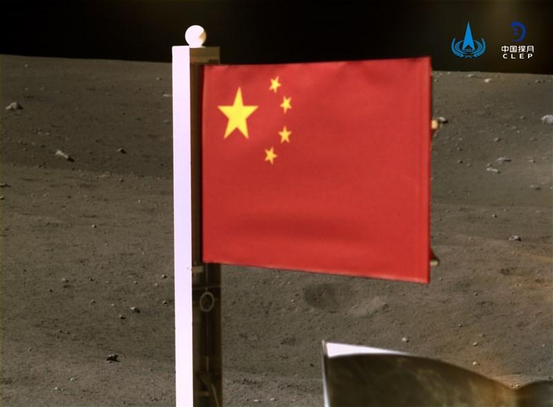 中國國家航天局官網4日公布嫦娥五號在月球表面展示五星旗的照片,並指這是五星旗第一次在月球表面動態展示。(圖取自中國航天局網頁cnsa.gov.cn)