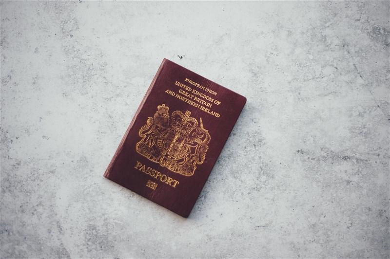 中國外交部發言人趙立堅29日表示,中國31日起不再承認BNO護照作為旅行證件和身分證明。(圖取自Unsplash圖庫)