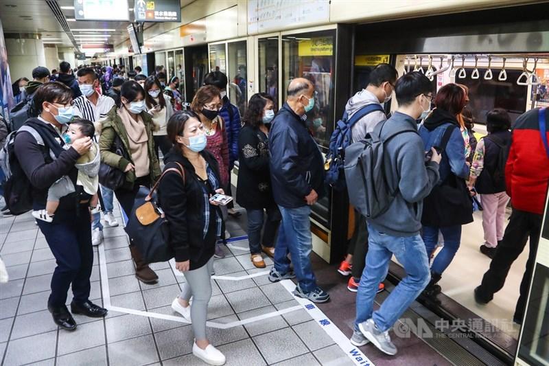 義大利商業報報導,台灣是全球防範COVID-19最有效的國家之一,世界衛生大會應秉持專業中立的精神接納台灣。圖為民眾戴口罩搭乘台北捷運。(中央社檔案照片)