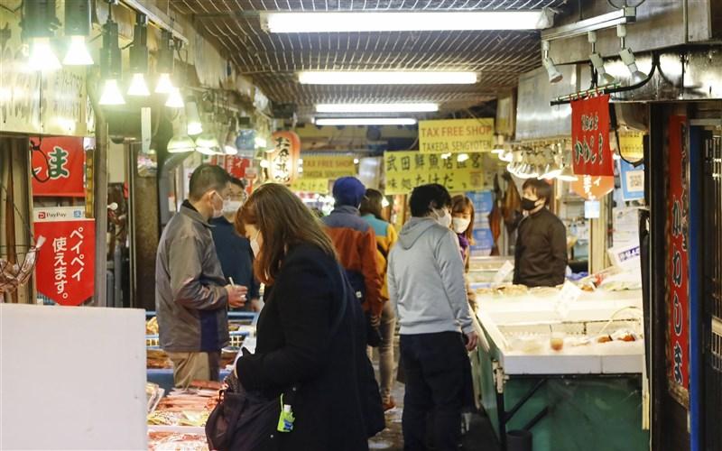 日本北海道武漢肺炎疫情持續升溫,6日新增15例死亡病例,創疫情爆發以來新高紀錄。圖為11月21日連假期間遊客到訪小樽市一處市場。(共同社)