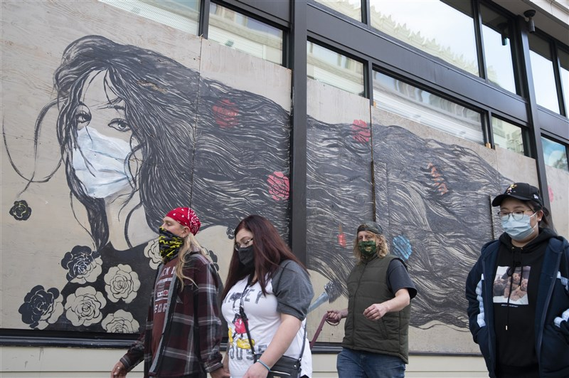 美國邁向武漢肺炎第3波疫情高峰,和春季首波疫情集中在紐約等東岸大都會區不同的是,現在幾乎每個地方都陷入危機。圖為舊金山民眾戴口罩上街。(中新社)