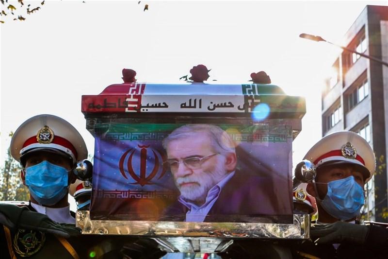 伊朗革命衛隊副司令法達威6日告訴國內媒體,核子科學家法克里薩德上週遇害,暗殺行動是透過衛星以「人工智慧」(AI)操控機關槍來瞄準目標。圖為伊朗11月30日在首都德黑蘭為法克里薩德舉行葬禮。(安納杜魯新聞社)