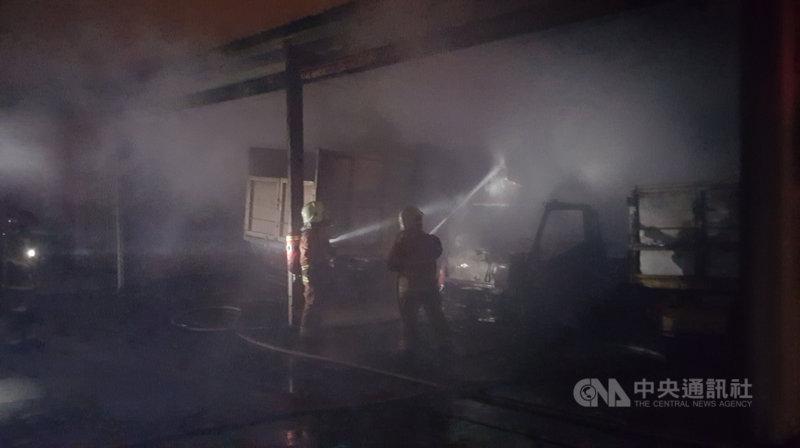澎湖馬公市公所所屬一處資源回收場停車棚7日清晨發生火警,消防局獲報立即前往灌救,火勢在近1個小時撲滅,幸未傳出人員傷亡。中央社 109年12月7日