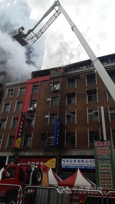 台北市萬華區環河南路2段一棟5層樓建物的頂樓加蓋7日上午發生火警,消防局獲報立即派人車到場救援,幸無人傷亡。(翻攝照片)中央社記者黃麗芸傳真 109年12月7日