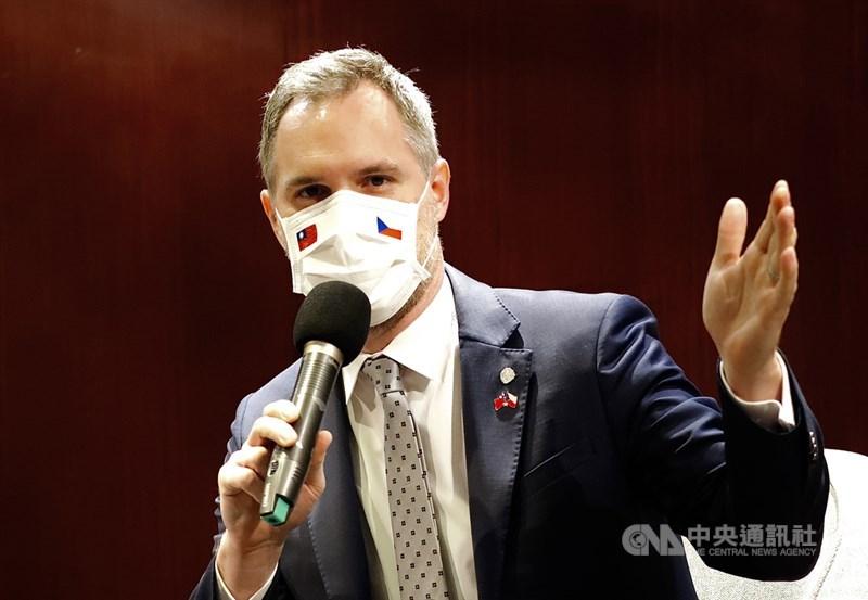 捷克首都布拉格市長賀瑞普8日出席華府智庫活動表示,台灣是他第二個家,他確信不久後就會再訪問台灣。圖為9月賀瑞普訪台時戴上印有兩國國旗的口罩。(中央社檔案照片)