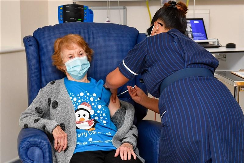 美國輝瑞大藥廠的武漢肺炎疫苗獲快速批准後,英國90歲老嫗基南(左)8日成為試驗者外全球首位接種輝瑞疫苗的人。(法新社)