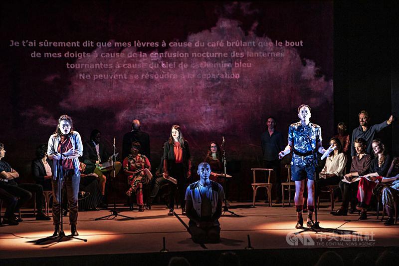 巴黎市立劇院在6月法國第一波解封後推出舞台劇「說到做到」(Tenir Paroles),劇本來自於諮商時的各種對話,由提供諮商服務的演員與科學家演出。旅法劇場工作者方意如(左1)和王世偉(右1)也參與演出,投影的詩歌則是陳育虹的「我告訴過你」。(巴黎市立劇院提供)中央社記者曾婷瑄巴黎傳真 109年12月9日