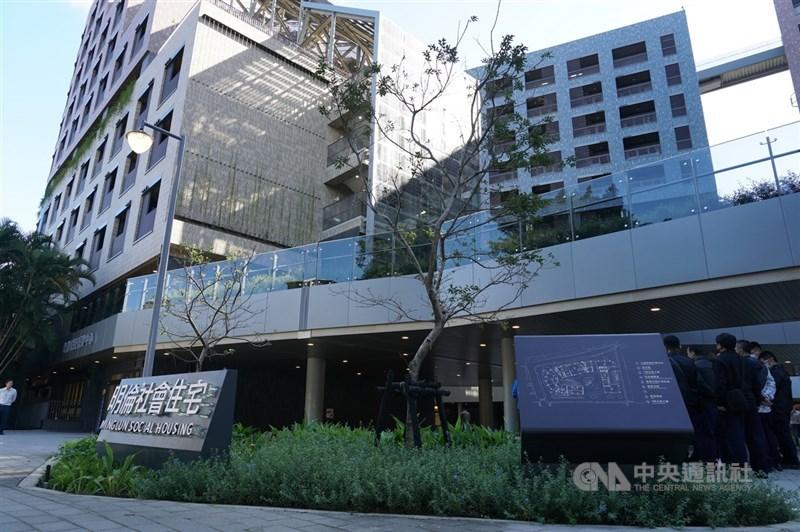 台北市長柯文哲14日表示,北市社宅再蓋下去怕債留子孫,先停看聽。圖為明倫社會住宅。(中央社檔案照片)