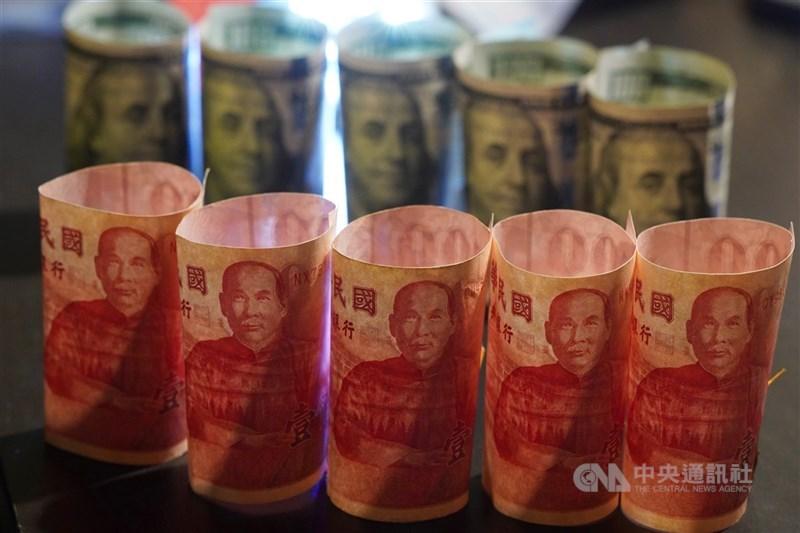 新台幣4日開紅盤勢不可擋,對美元匯率盤中最高升抵28.065比1,收在28.424元,升值8.4分,收盤與盤中最高價都創下近23年半新高。(中央社檔案照片)