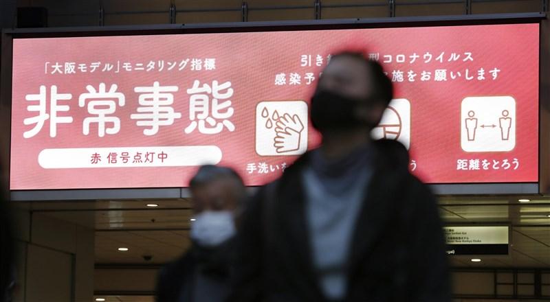 日本武漢肺炎疫情各地延燒,除東京都13日新增480例確診病例創週日新高,大阪府也連5天單日新增逾300例。圖為9日下午大阪梅田街頭。(共同社)