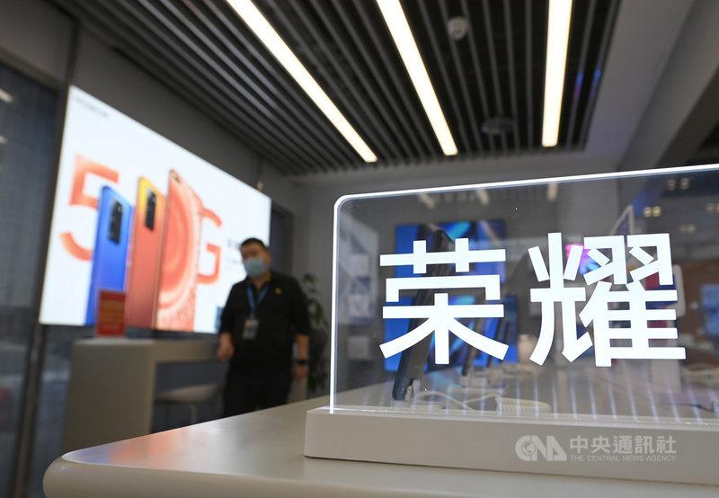 為擺脫美國制裁,華為上月切割出售旗下手機品牌榮耀後,陸媒10日報導,榮耀與美國晶片製造商高通已接近達成供應合作,即將獲售高通的5G手機晶片。圖為北京一家商城內的榮耀手機專區。(中新社提供)中央社 109年12月10日