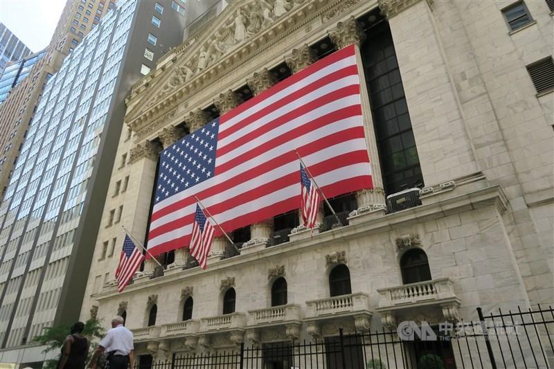美國股市收低,道瓊工業指數下跌105.07點或0.35%,以30068.81點作收。標準普爾指數跌29.43點或0.79%,收3672.82點,科技股那斯達克指數下跌243.82 點或1.94%,收12338.95點。圖為紐約證交所。(中央社檔案照片)