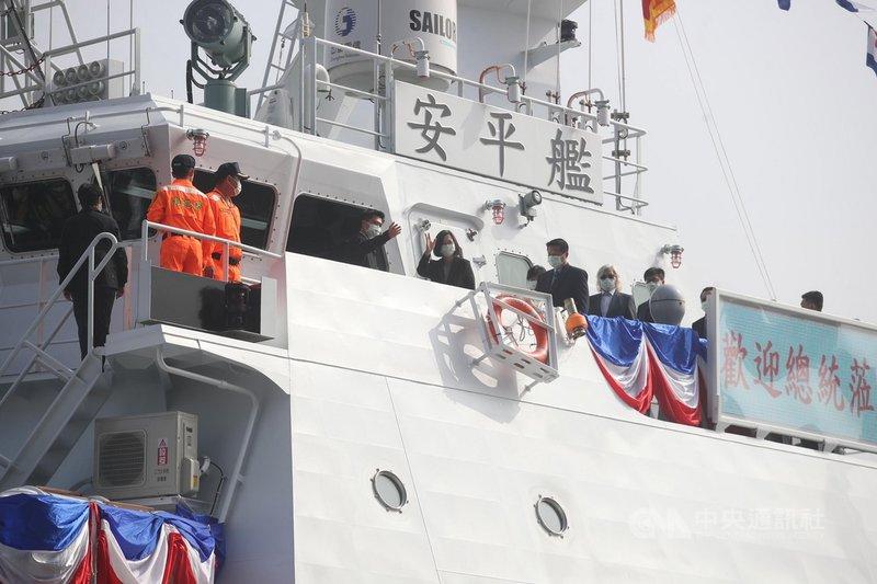 總統蔡英文(左5)11日上午在高雄中信造船廠主持海巡署安平艦等船艦下水典禮,並在艦長引導下登艦視導,同時也在安平艦上向台下貴賓揮手致意。中央社記者張新偉攝 109年12月11日