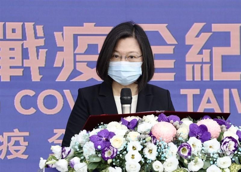 總統蔡英文12日在台北賓館出席「台灣戰疫全紀錄」首映記者會時表示,台灣是民主國家、也是法治國家,中天換照案是由獨立的專業機構國家通訊傳播委員會(NCC)所做的專業決定,「我們都予以尊重」。中央社記者張皓安攝 109年12月12日