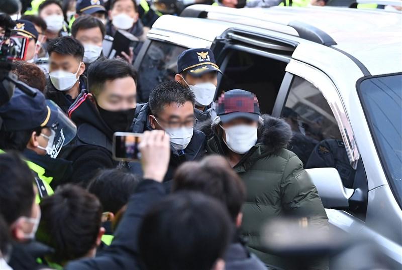韓國因綁架性侵女童至重傷而入獄的性侵犯趙斗淳(右1,穿軍綠羽絨外套者)12日出獄,抵達自家時,門口聚集150多名示威群眾及直播主,雖然警方派出100多名警力,還圍上警戒線,仍有不少人越過警戒線遭到制止。(韓聯社)