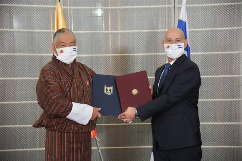 以色列外交部宣布,以色列12日與不丹王國建立外交關係。以色列和不丹駐印度大使分別代表兩國舉行建交協議簽署儀式。(圖取自twitter.com/gabi_ashkenazi)