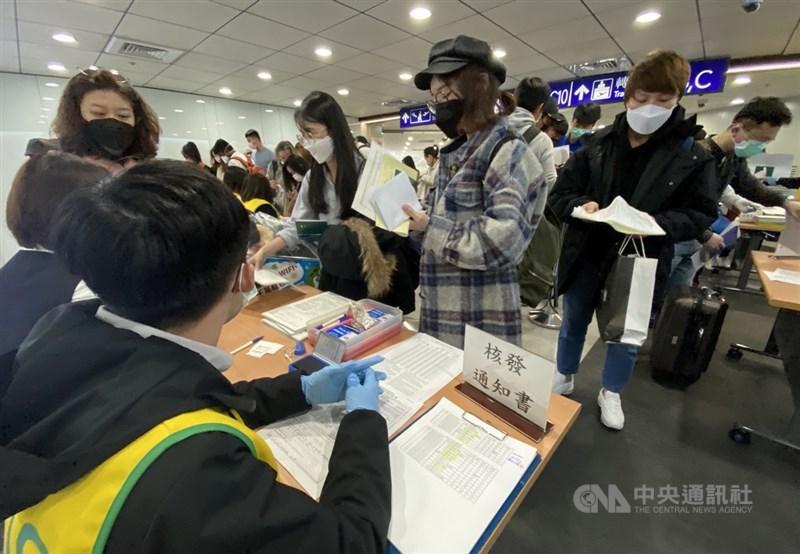 中央流行疫情指揮中心宣布,台灣13日新增3例武漢肺炎境外移入確診病例,全是印尼籍從印尼入境。圖為桃園機場檢疫作業。(中央社檔案照片)