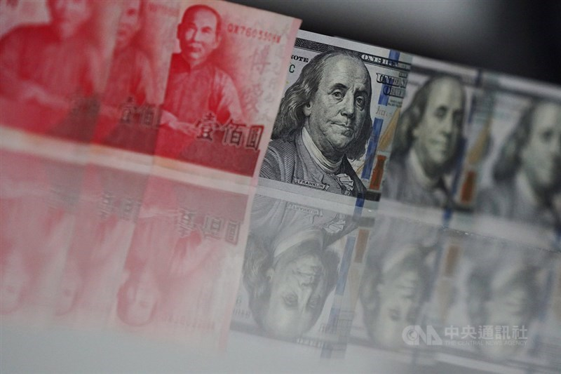 新台幣兌美元14日收盤收28.450元,貶1分,匯價終結連四升。(中央社檔案照片)