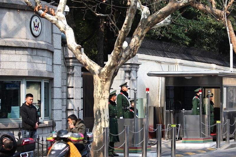 澳洲人報調查發現,中國共產黨員恐已滲透英美澳等國駐上海代表機構。圖為美國駐上海總領事館外管制站。(中新社)
