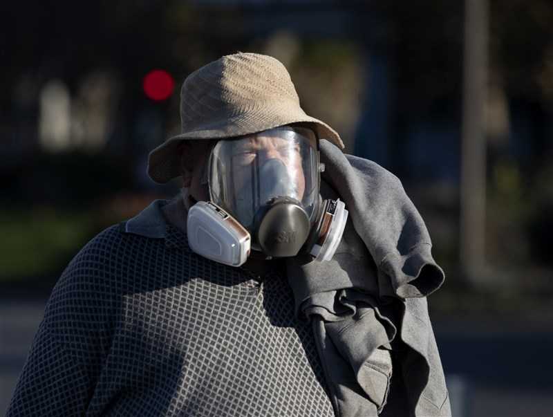 美國疫情嚴峻,疾病管制暨預防中心的委員會12日表決通過輝瑞&BNT疫苗,替美國史上最大規模接種計畫做最好準備。圖為舊金山市民佩戴防護設備上街。(中新社)