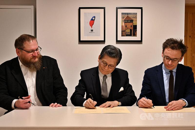 駐波蘭代表施文斌(中)14日與波蘭奧斯威辛-比克瑙基金會董事長賽溫斯基(左)和執行長索切維察(右)簽署合作備忘錄。(駐波蘭代表處提供)中央社記者林育立柏林傳真 109年12月15日