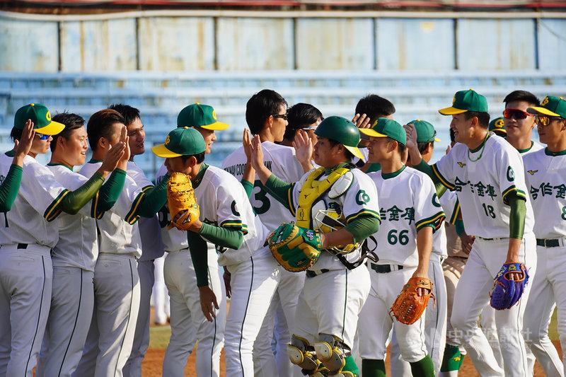 2020爆米花棒球聯盟15日進行冠軍戰,由合作金庫(圖)與台灣電力交手,終場由合庫以2比1拿下冠軍,為隊史第3冠。(中華民國棒球協會提供)中央社記者謝靜雯傳真  109年12月15日