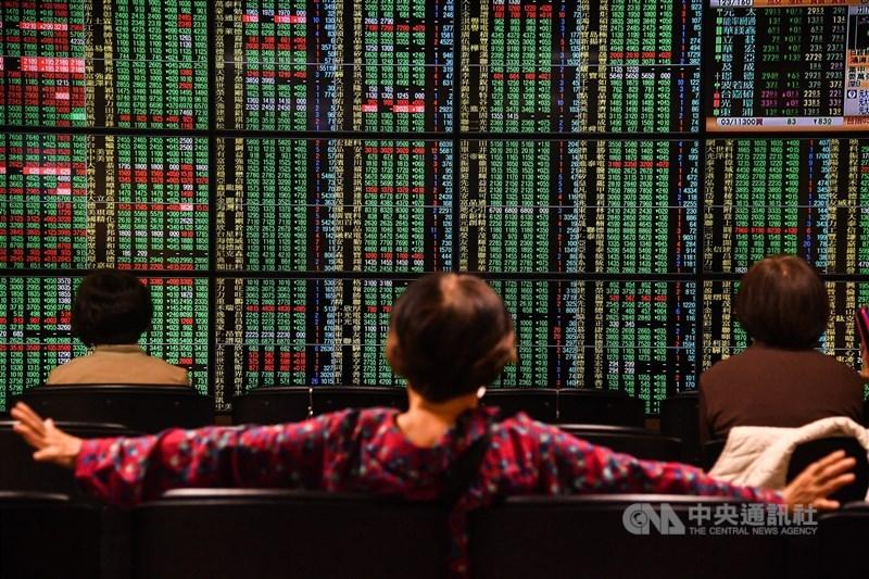 台股15日盤中賣單急殺,指數翻黑下跌百點,失守14200點大關。(中央社檔案照片)