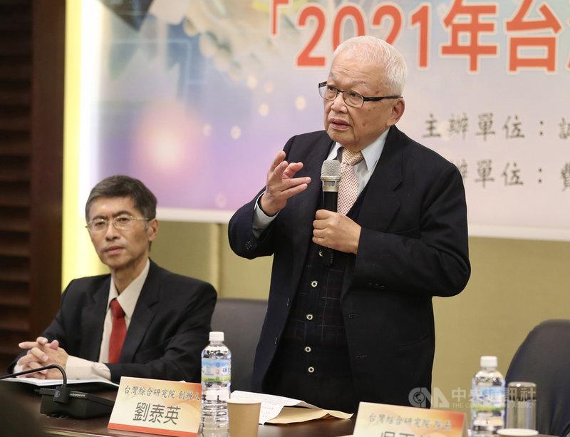 台灣綜合研究院16日下午在台北舉辦「2021年台灣及主要國家經濟展望」研討會,台綜院創辦人劉泰英(右)出席。中央社記者張皓安攝  109年12月16日