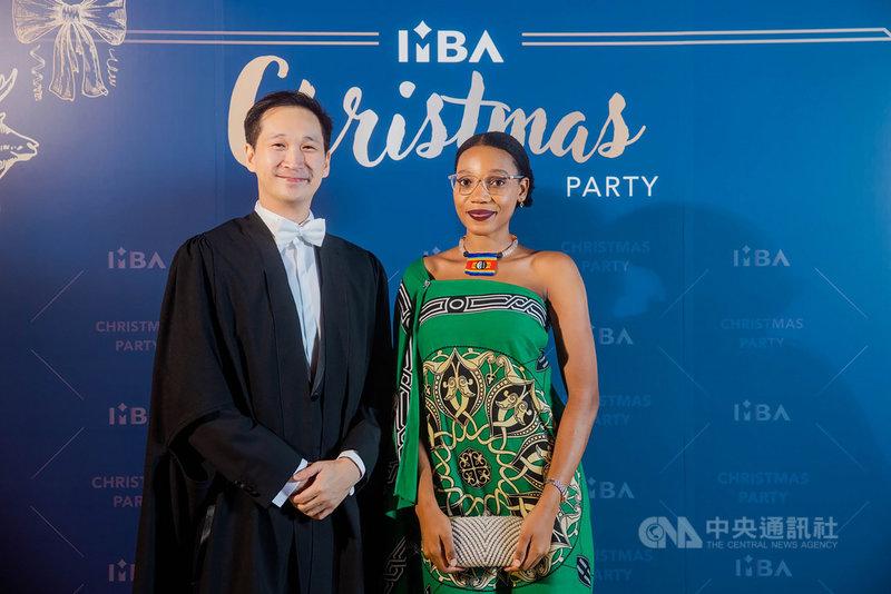 清華大學IMBA日前辦耶誕跨文化交流活動,主任謝英哲(左)盼透過活動讓來自不同國家的外籍生交流。其中,史瓦帝尼郡主Luyandza s. Dlamini(右)換上傳統服飾參加。(清華大學提供)中央社記者郭宣彣傳真 109年12月16日