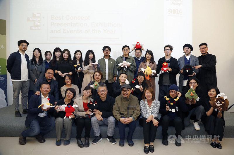 雜誌Shopping Design選出2020台灣設計BEST 100,基隆市文化局以「基隆潮藝術:海的一日」入選「年度概念展覽活動」,文化局16日表示,這對市府團隊來說是一大鼓舞。圖為基隆潮藝術團隊合影。(基隆市政府提供)中央社記者王朝鈺傳真  109年12月16日