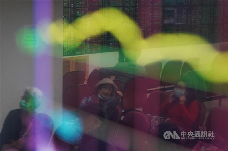 台灣經濟不甩疫情陰霾,穩健成長,不過中研院經濟所研究員周雨田示警,股市走勢已與基本面背離,泡沫有一天會破掉。(中央社檔案照片)