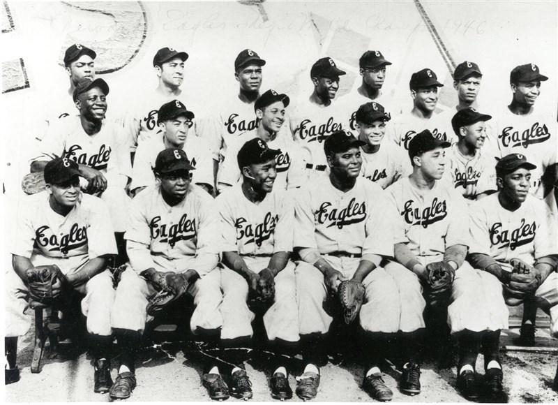 美國職棒大聯盟16日表示,大聯盟將修正「長期缺失」,給予1920-1948年的「黑人聯盟」(Negro Leagues)「大聯盟」地位。圖為黑人聯盟紐瓦克老鷹隊1946年照片。(圖取自facebook.com/NegroLeaguesBaseballMuseum)