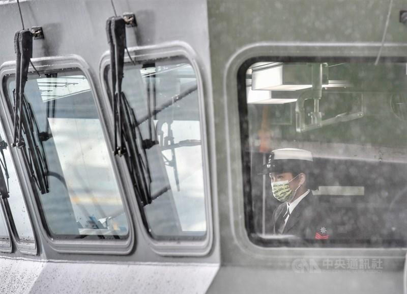 中央氣象局19日表示,宜蘭連續降雨日數已23天,破該站歷史紀錄。圖為首艘國造快速布雷艇15日在宜蘭龍德造船廠下水。(中央社檔案照片)
