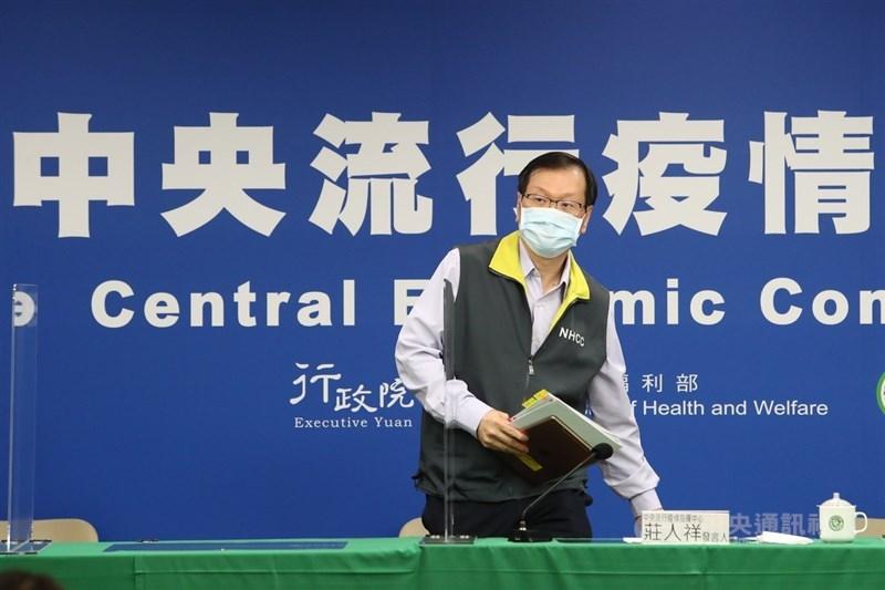 指揮中心發言人莊人祥19日說明最新疫情,宣布國內新增4例武漢肺炎境外移入確診病例,其中一名印度籍船員10月就入境台灣。中央社記者王騰毅攝 109年12月19日