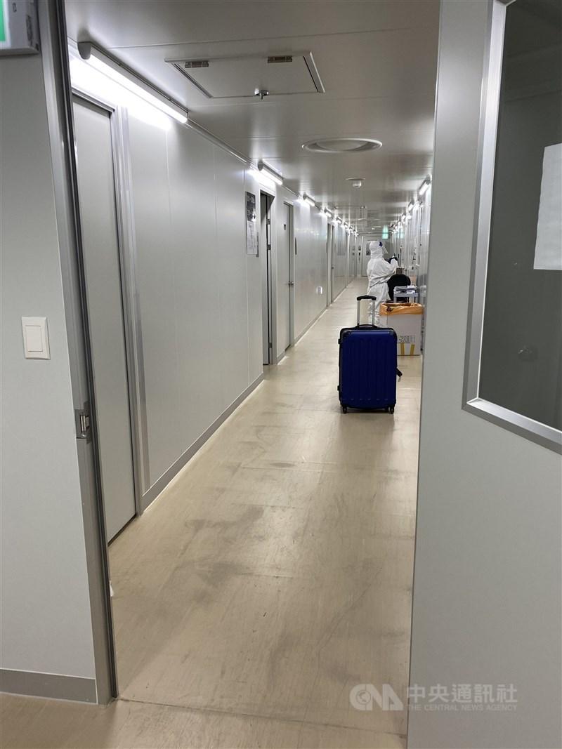 設置於仁川機場鄰近地區的臨時隔離設施,每層樓都有十多間負壓隔離室,以雙層門確保室內空氣不會向外排出。中央社記者廖禹揚首爾攝 109年12月19日