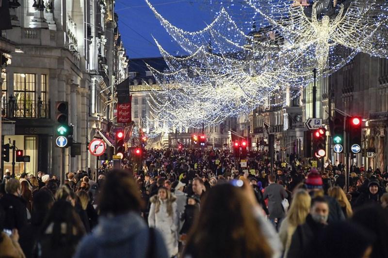 英相強生19日宣布,由於出現新變種病毒株,英格蘭東南部地區過去幾天確診案例飆升,倫敦疫情警報等級20日起升級至第4級。圖為19日倫敦攝政街人潮。(美聯社)