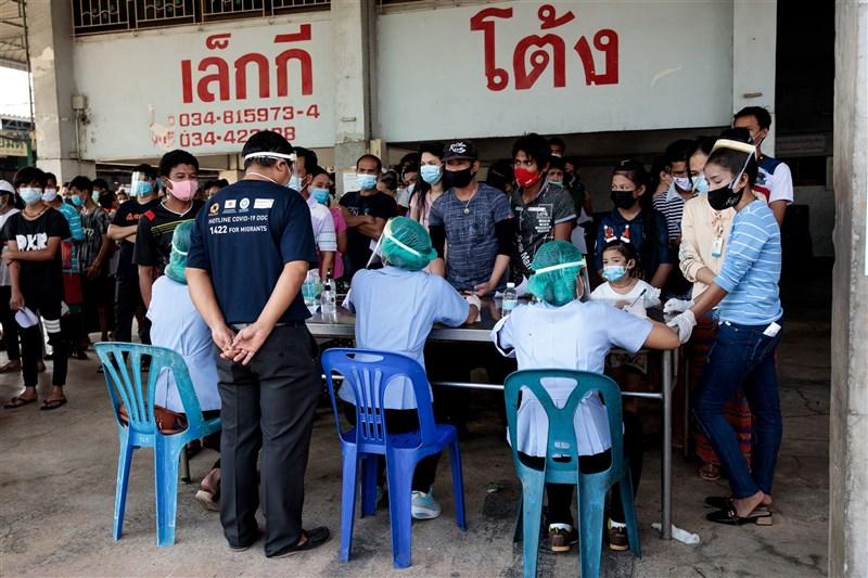 泰國衛生部19日宣布,距離曼谷約2小時車程的龍仔厝府新增超過500起武漢肺炎病例,這是疫情爆發以來,泰國單日新增最多病例。圖為泰國醫護人員19日在龍仔厝府海鮮市場採集民眾檢體。(法新社)