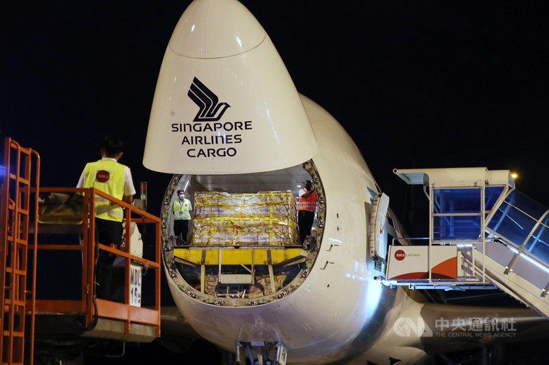新加坡採購輝瑞疫苗,首批21日晚間由從比利時運抵新加坡。(新加坡通訊及新聞部提供)中央社記者侯姿瑩新加坡傳真 109年12月21日