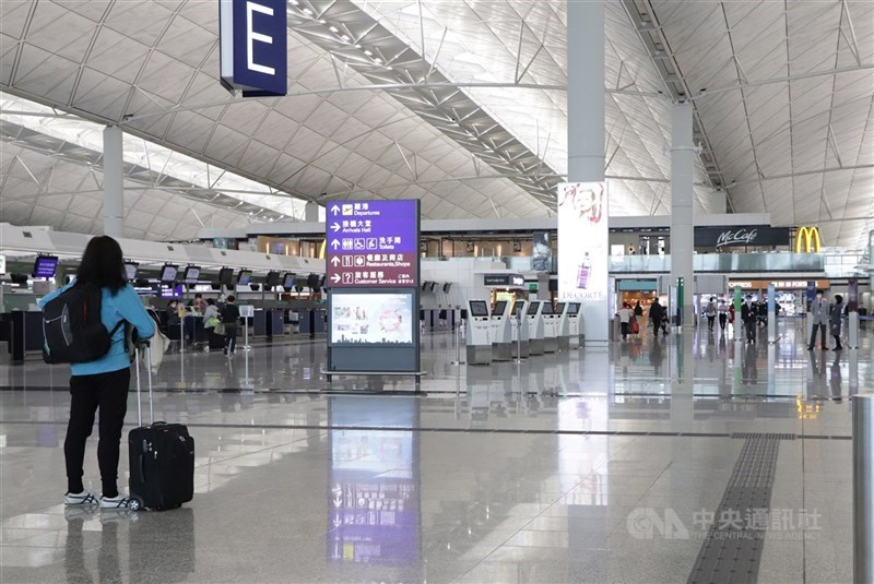 武漢肺炎在英國出現變種,傳染力大增。香港當局23日通報,兩名從英國返港並確診的留學生,其病毒基因與英國變種病毒吻合。圖為香港機場。(中央社檔案照片)
