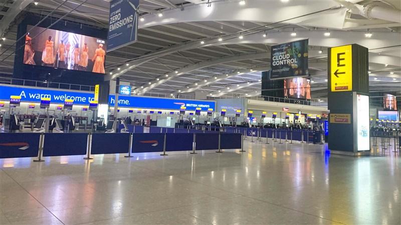 加拿大20日加入世界多國行列,暫禁自英國啟程的飛機和旅客入境,以因應倫敦等地觀察到的更易傳染、傳播速度「失控」的武漢肺炎變種病毒株。圖為倫敦希斯羅機場。(中新社)