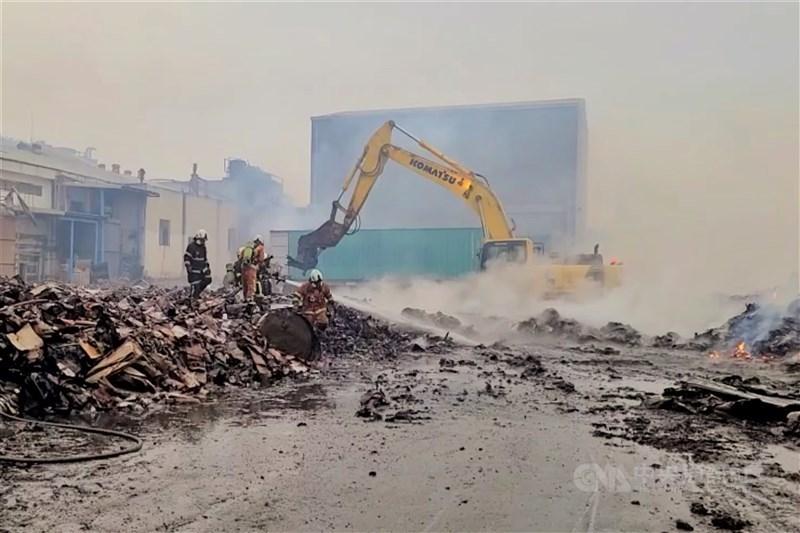 桃園市政府消防局表示,目前投入近60人處理兩個工廠的殘火。另外,也持續派出人車在周遭工廠進行警戒,避免桃園紙廠或鴻利的灰燼波及,再次造成災害,消防局預計這場延燒超過一天的大火,可以在21日下午完全撲滅。中央社記者吳睿騏桃園攝 109年12月21日