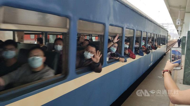 台鐵唯一的藍皮普快列車將走入歷史,22日下午開出台東往枋寮方向最後一班車。開車前1個小時,台東車站月台上滿是準備做最後巡禮的旅客,手機、相機拍照按個不停。中央社記者盧太城台東攝 109年12月22日