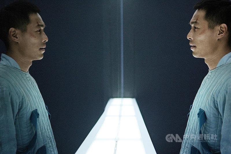 演員楊祐寧在電影「複身犯」中一人分飾多角,劇中他被獨自關在密室中,一下暴怒、一下淚眼茫然,狂飆多重人格演技。(牽猴子提供)中央社記者葉冠吟傳真 109年12月23日