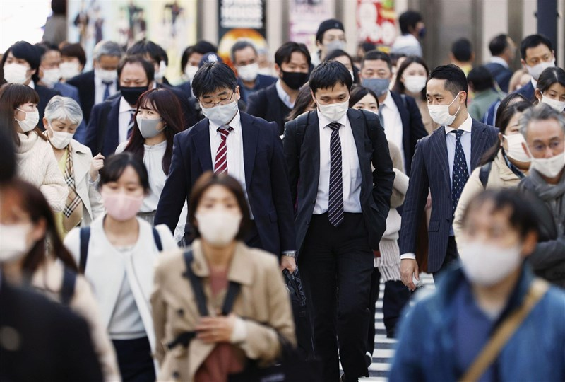 日本境內武漢肺炎疫情嚴峻,東京都23日新增748例確診病例創次高紀錄。圖為東京街頭民眾戴口罩防疫。(共同社)