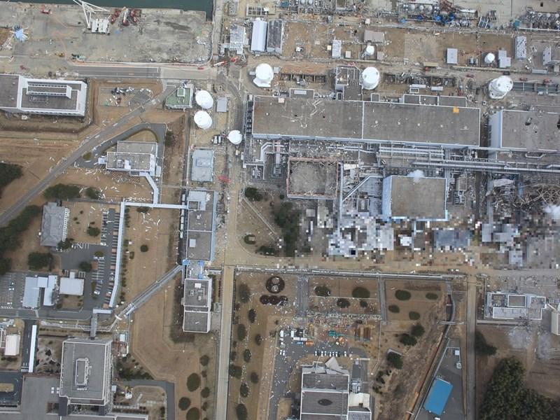 東京電力公司2020年12月公開福島核電廠區空拍照,氫氣爆炸事故讓建築物上半部嚴重損毀,附近散亂著瓦礫。(圖取自東京電力公司網頁tepco.co.jp)
