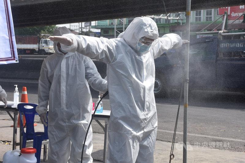泰國龍仔厝府一個海鮮市場爆發大規模群聚感染,當局封鎖市場。圖為工作人員進行消毒作業。中央社記者呂欣憓龍仔厝府攝 109年12月24日