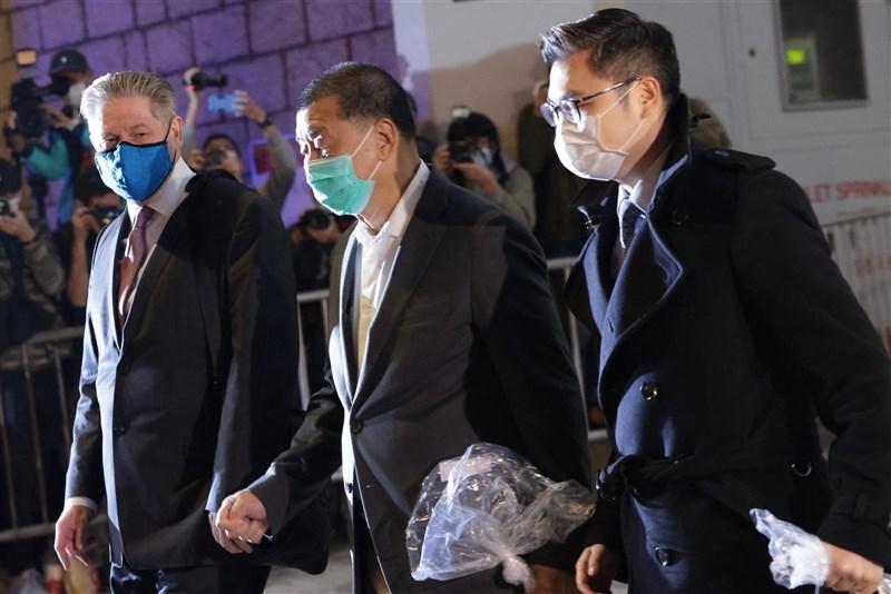 壹傳媒集團創辦人黎智英(前中)23日下午獲香港高等法院批准保釋,辦妥手續後,黎智英深夜10時53分步出法院,隨即搭車返回住所。(共同社)