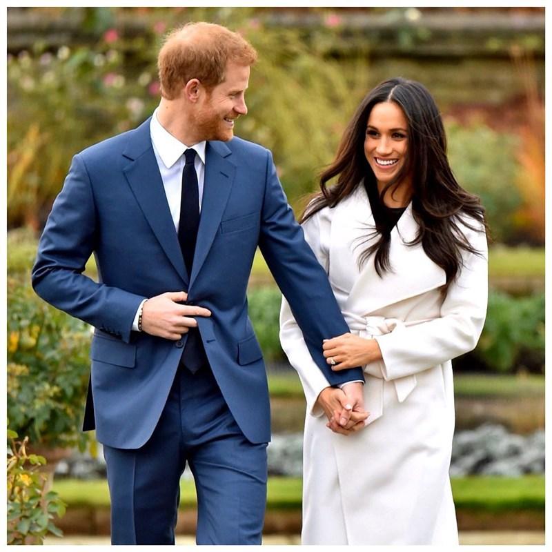 英國哈利王子(左)與妻子梅根(右)23日公布移居美國加州之後的首張耶誕賀卡,並寫到「祝各位耶誕快樂、新年愉快」。(圖取自instagram.com/sussexroyal)