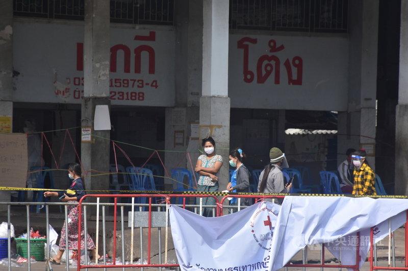 泰國18日開始暴增千例武漢肺炎確診案例,多為在龍仔厝府海鮮市場工作的緬甸籍移工,外籍移工成為眾矢之的,泰國開始出現排外性和歧視性的言論。中央社記者呂欣憓龍仔厝府攝  109年12月25日
