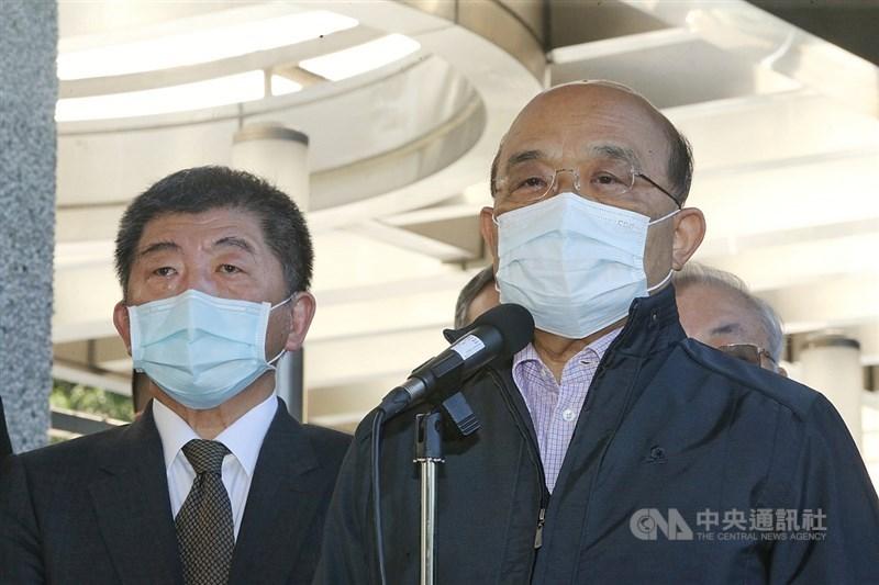 行政院長蘇貞昌(右)26日上午視察烏來檢疫所時表示,台灣成為被世界誇讚防疫第一名的國家,是因為國人齊心協力及堅守崗位的人員,因此,今天到全台第一間檢疫所致敬與致謝。左為衛福部長陳時中。中央社記者郭日曉攝 109年12月26日